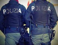 2 итальянских полисмена с словами POLIZIA которое значит ПОЛИЦИЮ в Ita Стоковые Фото