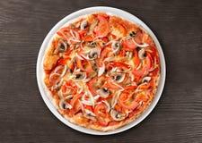 Итальянское взгляд сверху пиццы на таблице Стоковое Изображение