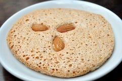 Итальянское печенье cantuccini при миндалина заполняя на белой плите Стоковое Изображение