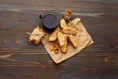 Итальянское печенье cantuccini при миндалина заполняя на деревянной предпосылке Стоковое фото RF