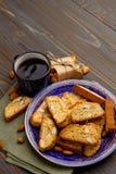 Итальянское печенье cantuccini при миндалина заполняя на деревянной предпосылке Стоковое Изображение RF