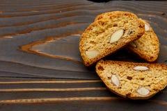 Итальянское печенье cantuccini при миндалина заполняя на деревянной предпосылке Стоковые Изображения RF
