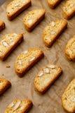 Итальянское печенье cantuccini при миндалина заполняя на деревянной предпосылке Стоковое Фото