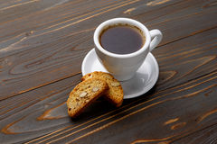 Итальянское печенье cantuccini при миндалина заполняя на деревянной предпосылке Стоковая Фотография