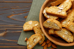 Итальянское печенье cantuccini при миндалина заполняя на деревянной предпосылке Стоковые Фотографии RF