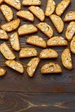 Итальянское печенье cantuccini при миндалина заполняя на деревянной предпосылке Стоковая Фотография RF