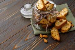 Итальянское печенье cantuccini при миндалина заполняя на деревянной предпосылке Стоковые Изображения