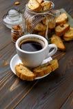 Итальянское печенье cantuccini при миндалина заполняя на деревянной предпосылке Стоковые Фото