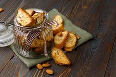 Итальянское печенье cantuccini при миндалина заполняя на деревянной предпосылке Стоковое Изображение