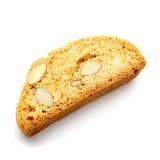 Итальянское печенье cantuccini с завалкой миндалины На белой предпосылке Стоковые Фотографии RF