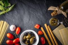 Итальянское смешивание еды на черном каменном взгляде столешницы Стоковое фото RF