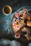 Итальянское традиционное cannoli с вишней на конце-вверх плиты олова Стоковые Изображения