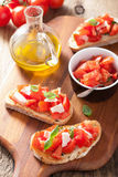 Итальянское bruschetta с томатами, пармезаном, чесноком и оливковым маслом Стоковые Изображения