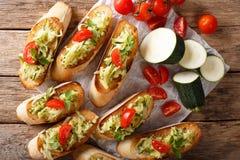 Итальянское bruschetta с цукини и концом-вверх и ingre томатов Стоковое Изображение