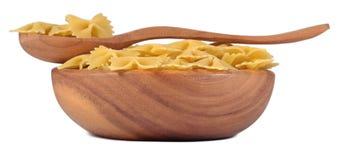 Итальянское farfalle макаронных изделий в деревянном шаре на белизне Стоковое Фото