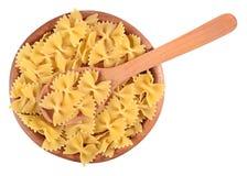 Итальянское farfalle макаронных изделий в деревянном шаре на белизне Стоковая Фотография