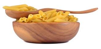 Итальянское penne макаронных изделий в деревянном шаре на белизне Стоковые Изображения RF