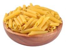 Итальянское penne макаронных изделий в деревянном шаре на белизне Стоковая Фотография