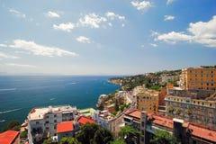 Итальянское procida острова известно для своих красочной Марины, крошечных узких улиц и много пляжей которая все вместе привлекаю стоковая фотография rf