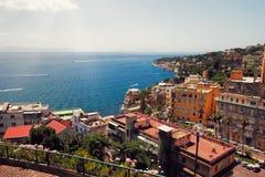 Итальянское procida острова известно для своих красочной Марины, крошечных узких улиц и много пляжей которая все вместе привлекаю стоковые изображения rf