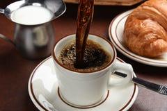 лить кофе горячий стоковая фотография