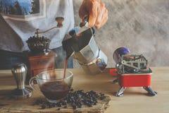 лить кофе Стоковая Фотография RF