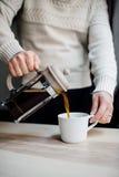 лить кофе стоковое изображение rf