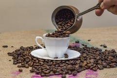 лить руки кофе фасолей Стоковое фото RF