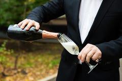 лить стекла шампанского Стоковые Фотографии RF