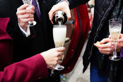 лить стекла шампанского Стоковое Фото