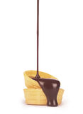 лить шоколад на waffles Стоковые Фото