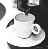 лить espresso чашки Стоковые Фотографии RF