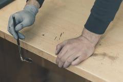 Ищите следы используя зеркала складывая ручку к трудно поставить место стоковое изображение