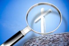 Ищущ вера - изображение концепции с лупой внутри для стоковые фотографии rf