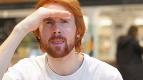 Ищущ жест бородой redhead укомплектуйте личным составом сидеть в кафе акции видеоматериалы