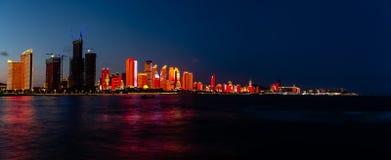 Июль 2018 - Qingdao, Китай - новое lightshow горизонта Qingdao созданное для саммита SCO стоковая фотография