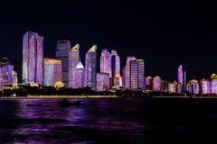 Июль 2018 - Qingdao, Китай - новое lightshow горизонта Qingdao созданное для саммита SCO стоковые фото