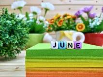июнь Красочные письма куба на липком блоке примечания стоковое изображение