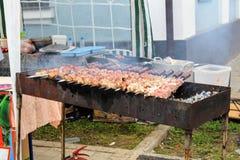 Июнь 2017, Odoev Россия: Фольклорное ` сказов ` s Filimon деда ` фестиваля - подготавливающ для kebab барбекю shish стоковое фото rf