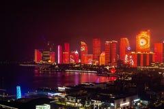 Июнь 2018 - Qingdao, Китай - новое lightshow горизонта Qingdao созданное для саммита SCO стоковые фотографии rf