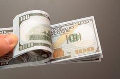 100 и 50 долларовых банкнот, распространение вне в вентиляторе Стоковая Фотография RF