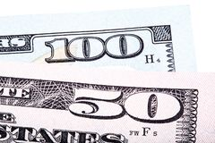 100 и 50 долларов счетов банкноты изолированных на белой предпосылке Стоковое Фото