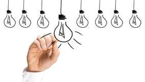 Идеи и концепция воодушевленности с электрическими лампочками стоковые фото