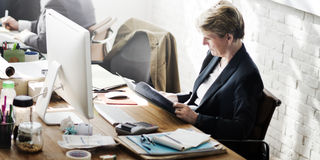 Идеи метода мозгового штурма бизнес-леди работая планируя концепцию стоковая фотография rf