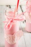 Идеи на день ` s валентинки, 2 бутылки розового milkshak Стоковая Фотография
