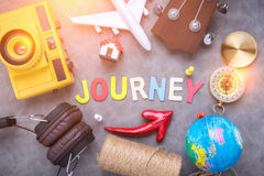 Идеи путешествием на серой предпосылке концепция путешествием с деревянным al Стоковое Фото