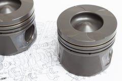 4 идентичных поршеня на белой предпосылке запасной двигатель внутреннего сгорания Стоковое фото RF