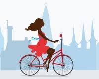Идет беременная девушка на велосипеде вокруг Reykjavik Иллюстрация вектора