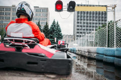 Идет водитель kart на линии старта, заднем взгляде Стоковая Фотография