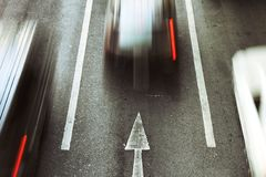 Идет вперед, движение автомобиля скорости на дороге города стоковое фото rf